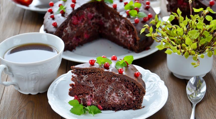 Пісний шоколадний пиріг з вишневим мусом