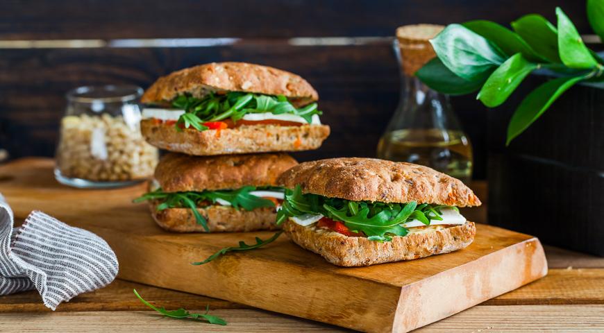 горячие бутерброды с хуммусом и печеным перцем
