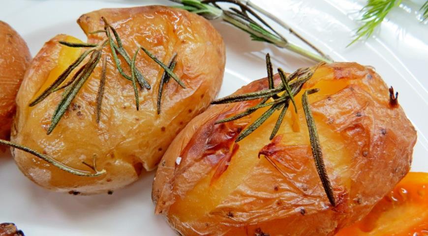 Полить картофель оливковым маслом и запекать до румяной корочки
