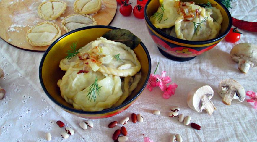 Выложить постные вареники в блюдо для подачи