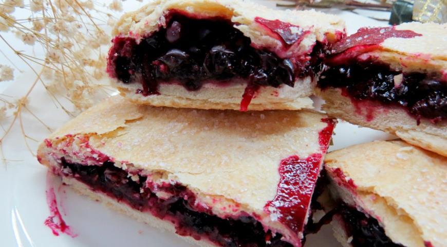 Пісний пиріг з чорною смородиною