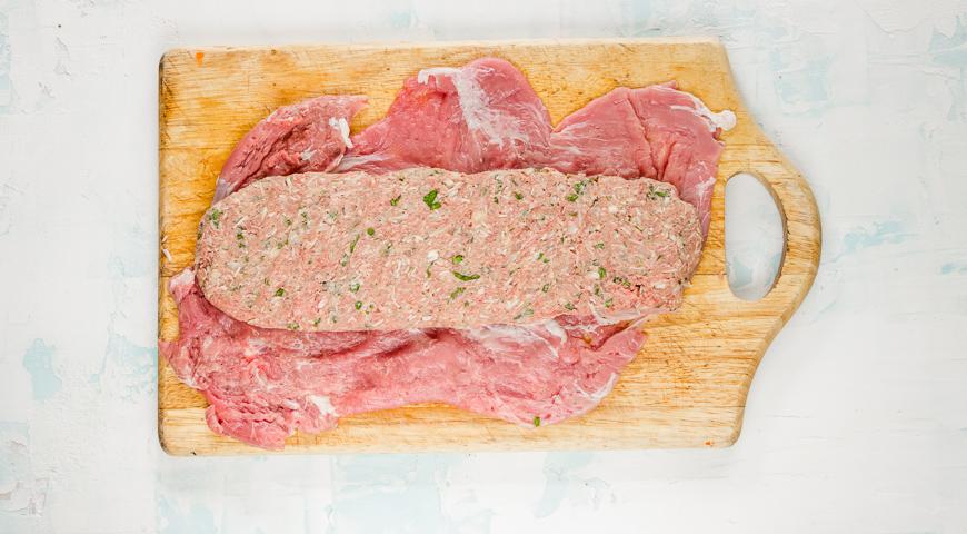 Фото приготовления рецепта: Праздничный мясной рулет, шаг №2