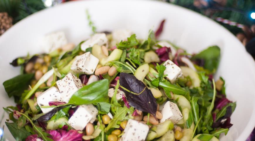 Салат из фасоли и кукурузы и зеленого лука