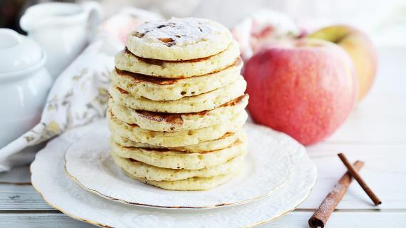 Оладьи с яблоками и корицей для завтрака