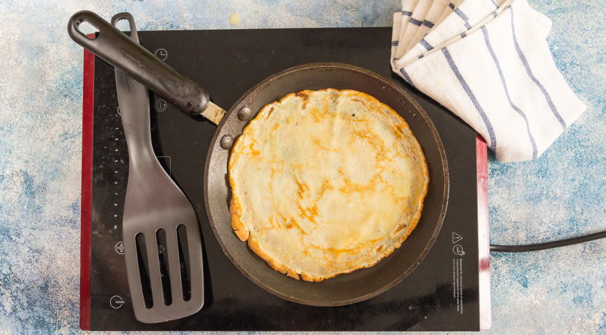 Домашние тонкие блинчики выпекаем на чугунной сковороде