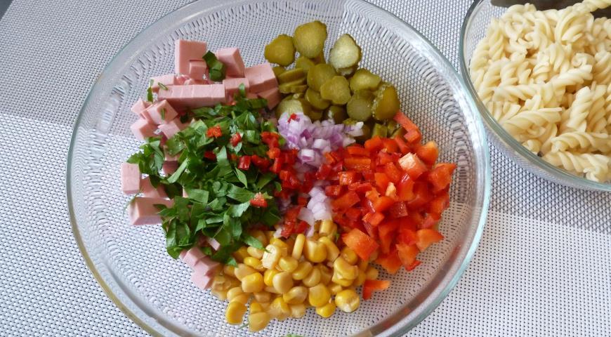 рецепт салат из вермишеля колбасы сладкий перец