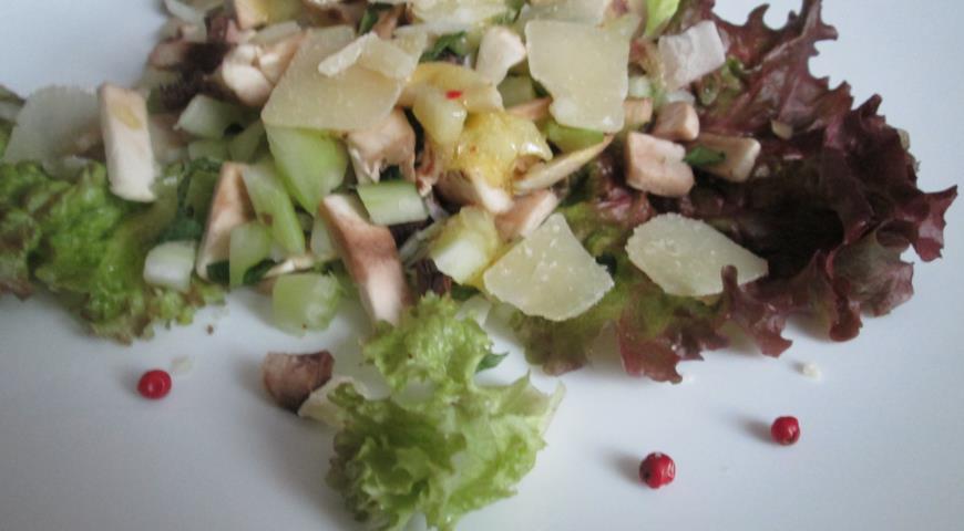 Грибной салат с сельдереем и пармезаном. Шаг 4