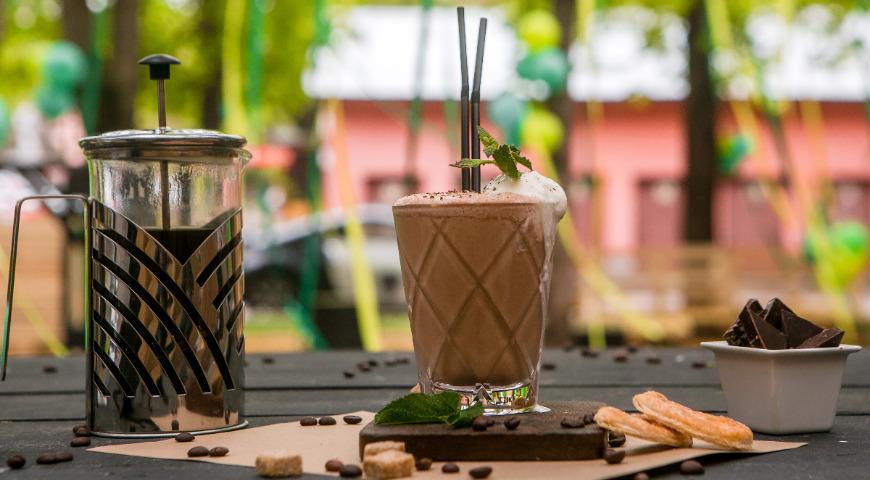 мятно-шоколадный кофе. кофейный напиток