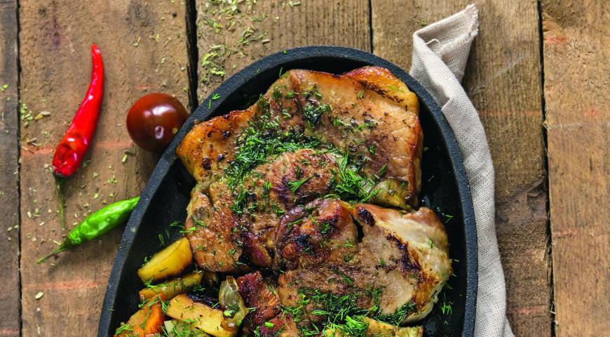 Свиные отбивные с овощами в духовке