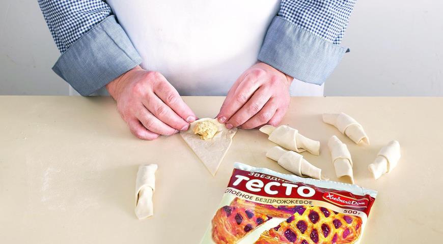 Фото приготовления рецепта: Домашние круассаны с миндальным кремом, шаг №3