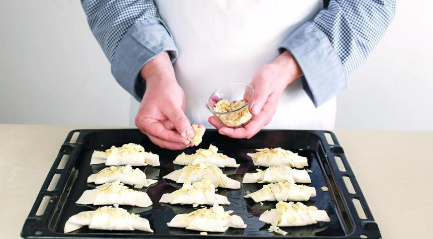 Фото приготовления рецепта: Домашние круассаны с миндальным кремом, шаг №4