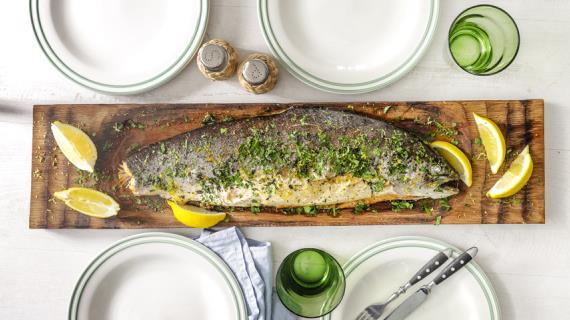 Морская форель, запеченная с хлебной начинкой и травами