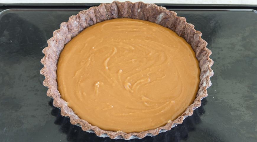 Фото приготовления рецепта: Шоколадный тарт с соленой карамелью, шаг №7