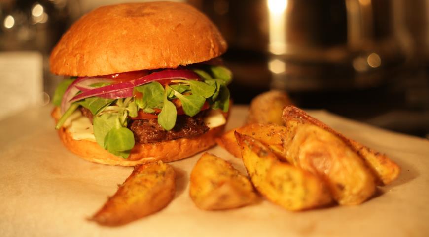 Бургер с картофелем по-деревенски и горчичным соусом