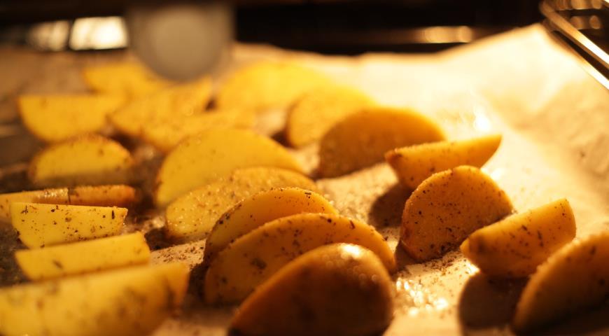 Бургер с картофелем по-деревенски и горчичным соусом. Шаг 1