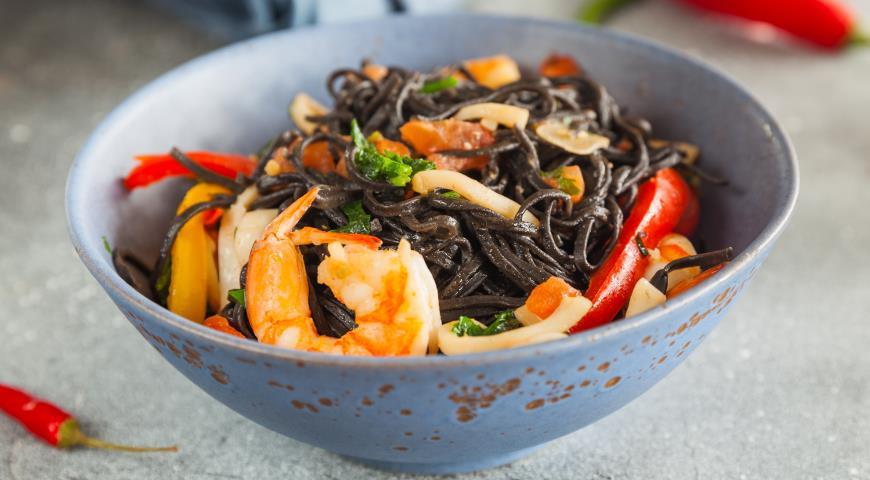 Черные лингвини с морепродуктами
