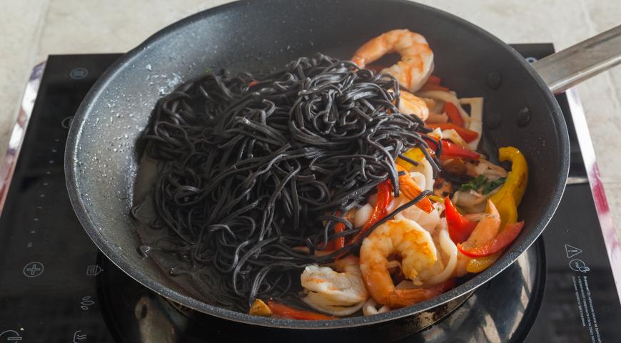 Черные лингвини с морепродуктами. Шаг 7