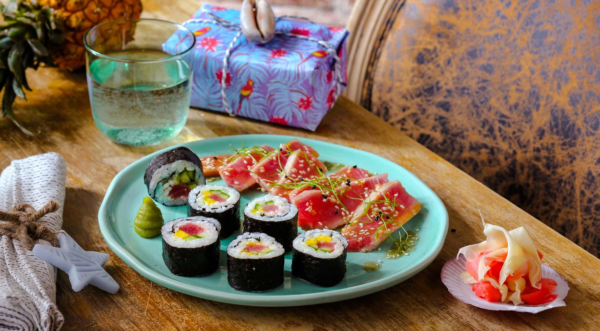 Татаки из тунца и роллы с тунцом и кунжутным соусом