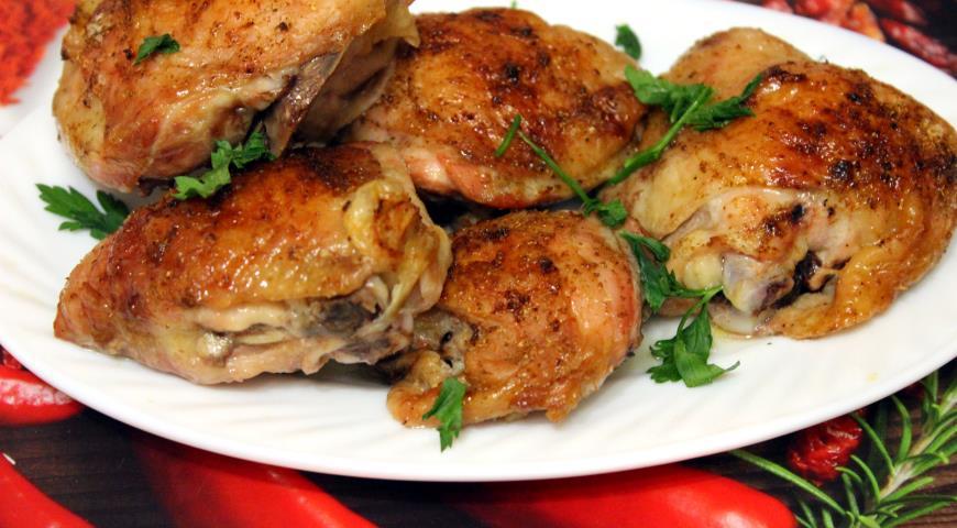 Ароматні запечені курячі стегенця