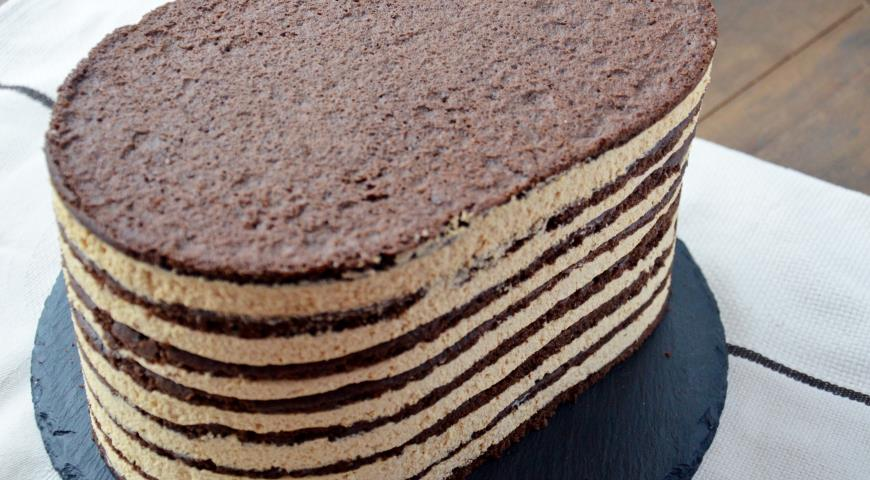 Шоколадный торт со сливочным кремом покрыть сверзу кремом, убрать кольцо, подавать