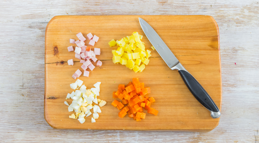 Нарезаем яйца, картофель, колбасу и морковку