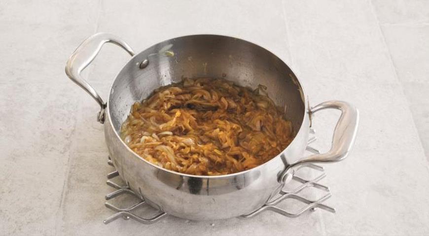 Фото приготовления рецепта: Французский луковый суп, шаг №2