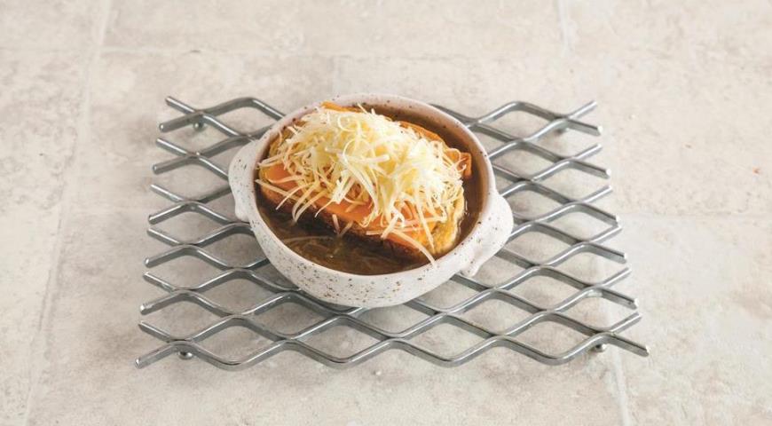 Фото приготовления рецепта: Французский луковый суп, шаг №6