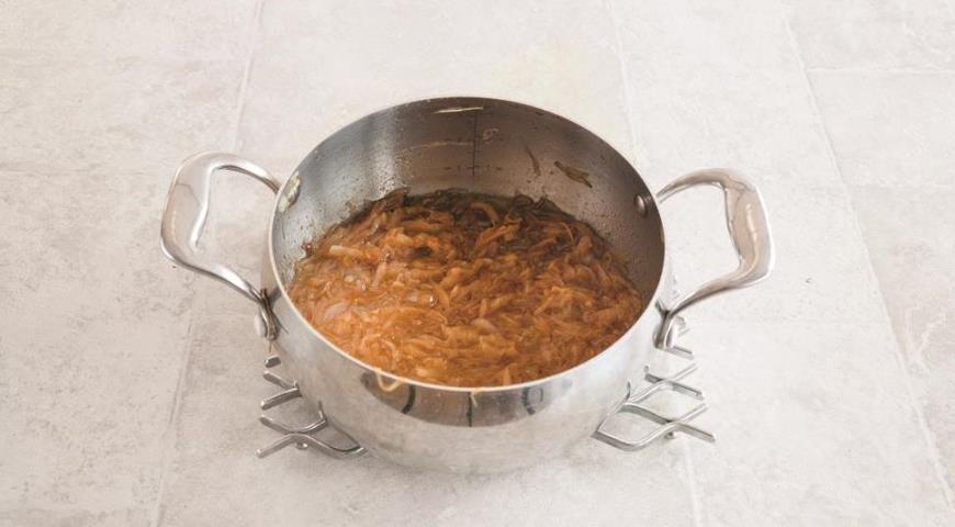 Фото приготовления рецепта: Французский луковый суп, шаг №3