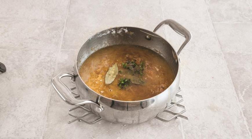Фото приготовления рецепта: Французский луковый суп, шаг №4