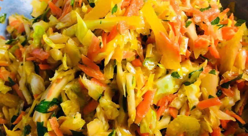 Салат «Будь в форме» с капустой, болгарским перцем, морковью и сельдереем. Шаг 7