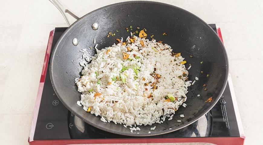Фото приготовления рецепта: Жареный рис с имбирем и зеленым луком, шаг №4