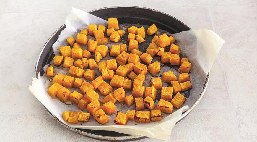Фото приготовления рецепта: Ячневая каша с печеной тыквой и клюквой, шаг №3