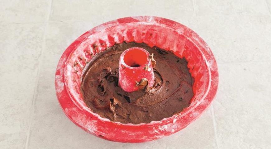 Фото приготовления рецепта: Шоколадный кекс с черносливом, шаг №7