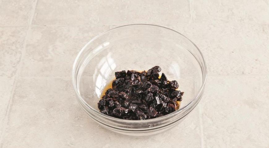 Фото приготовления рецепта: Шоколадный кекс с черносливом, шаг №1