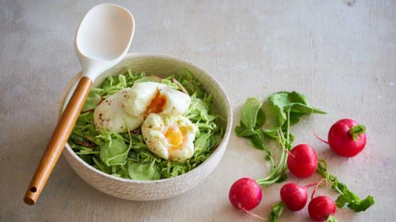 Весенний салат с зеленой сметанной заправкой