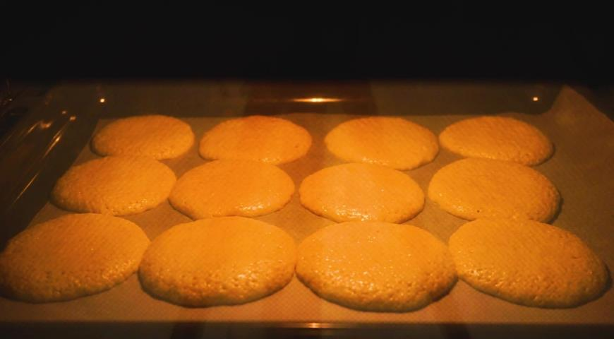 Ставим выпекаться кунжутное печенье в духовку до румяности