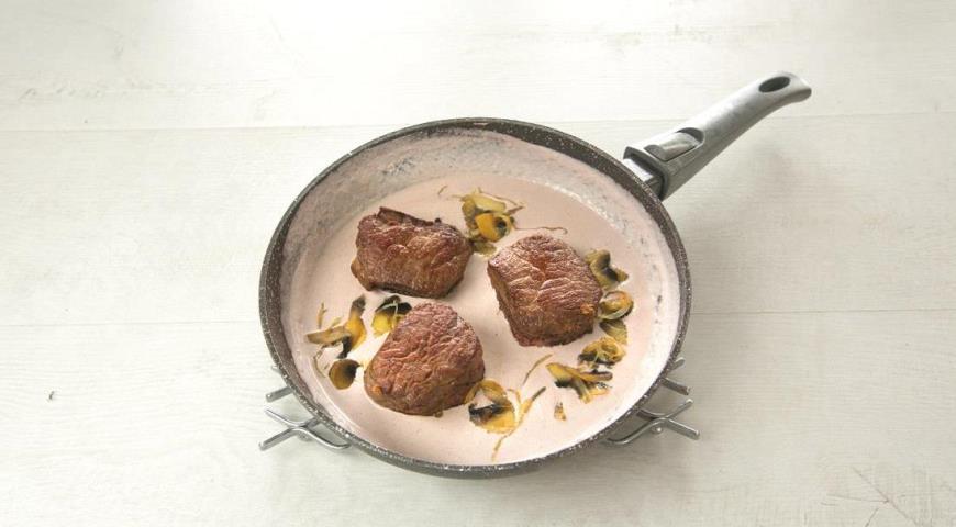 Говяжье филе с грибами в сливочном соусе. Шаг 5