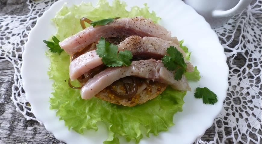 Бутерброд с малосольной рыбой на подушке из ламинарии