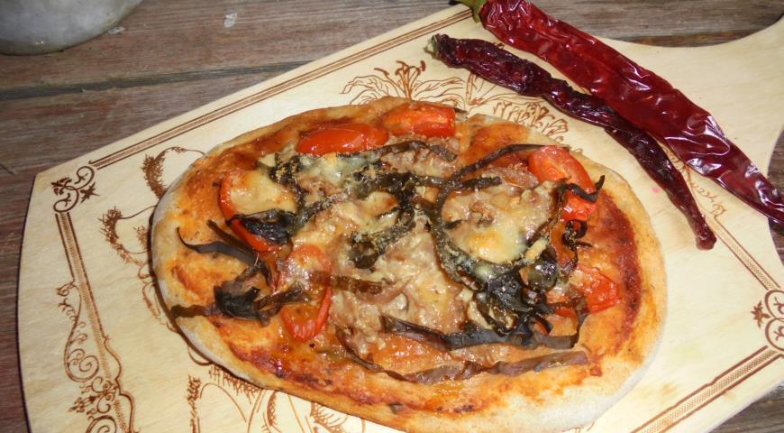 Піца з тунцем , з морською капустою і пармезаном