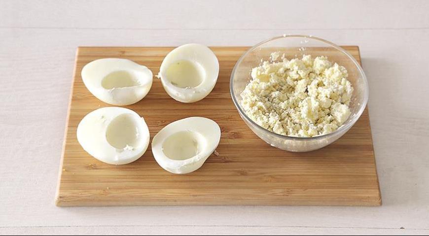 Фото приготовления рецепта: Фаршированные яйца, шаг №2