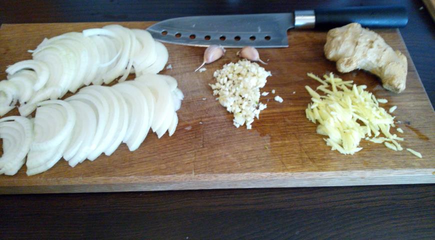 Нарезаем лук, чеснок и имбирь для соуса по-корейски