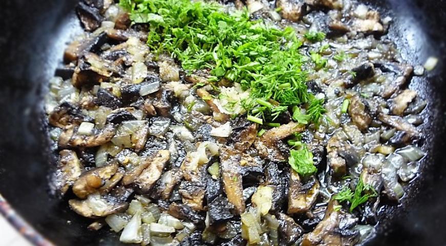 Приготовить начинку для Кумпира из грибов, лука, зелени и специй