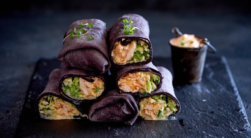 Черная шаурма с курицей-гриль, капустно-огуречным салатом и острым соусом