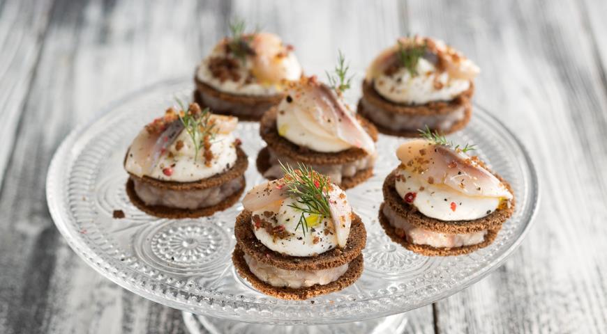 Закусочные шарлотки из бородинского хлеба, сельди и сметанного крема, пошаговый рецепт с фото