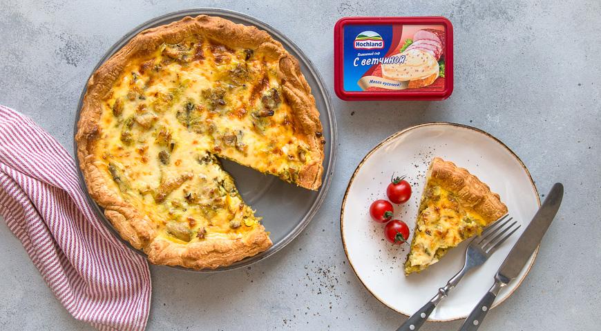 Открытый пирог с курицей в сырном соусе