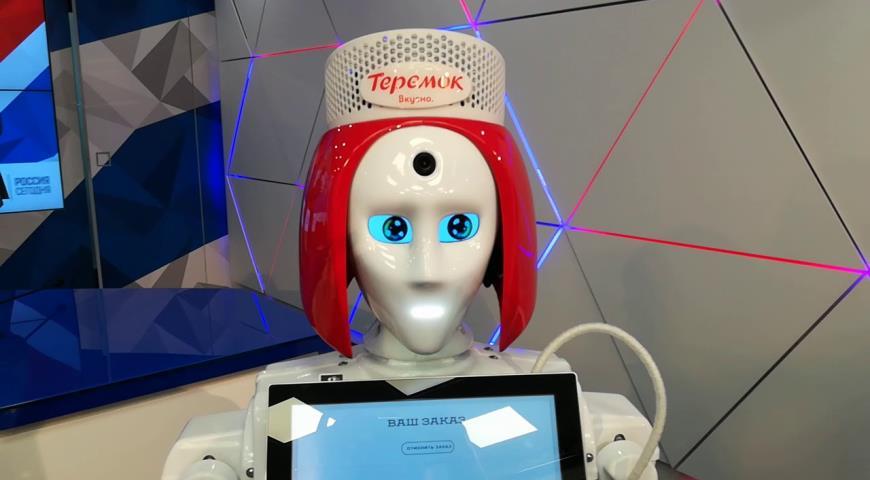 Робот-андроид Маруся продает блины
