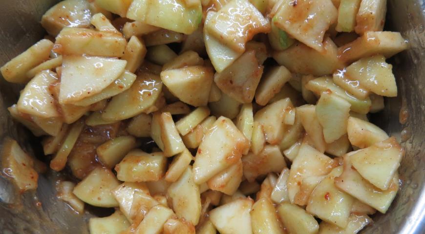 В масляный крем для Американского пирога добавляем яблоки