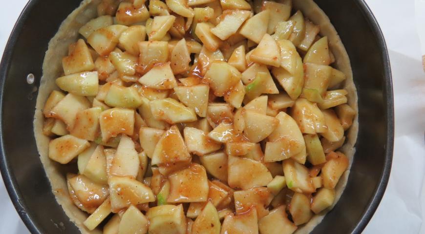 На тесто для пирога с яблоками выкложить начинку