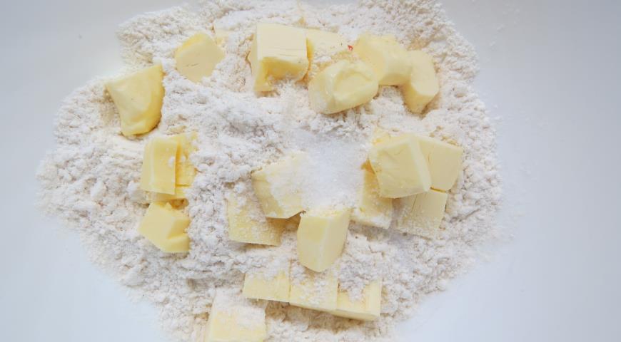 Для Американского пирога масло режем кубиками, добавляем муку, соль, сахар и перетираем