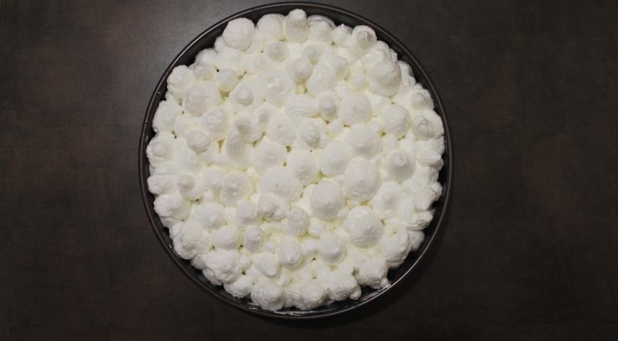 На готовый пирог выкладываем взбитые белки и выпекаем в духовке